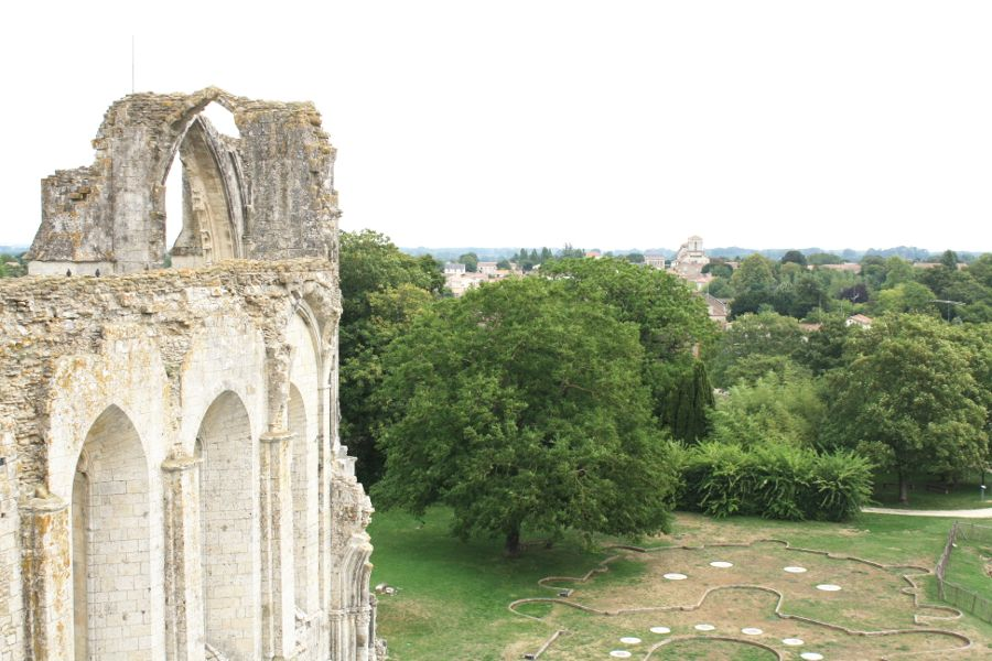vue-sur-église-de-maillezais-depuis-abbaye