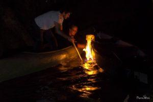 feu sur l'eau de nuit dans le marais poitevin