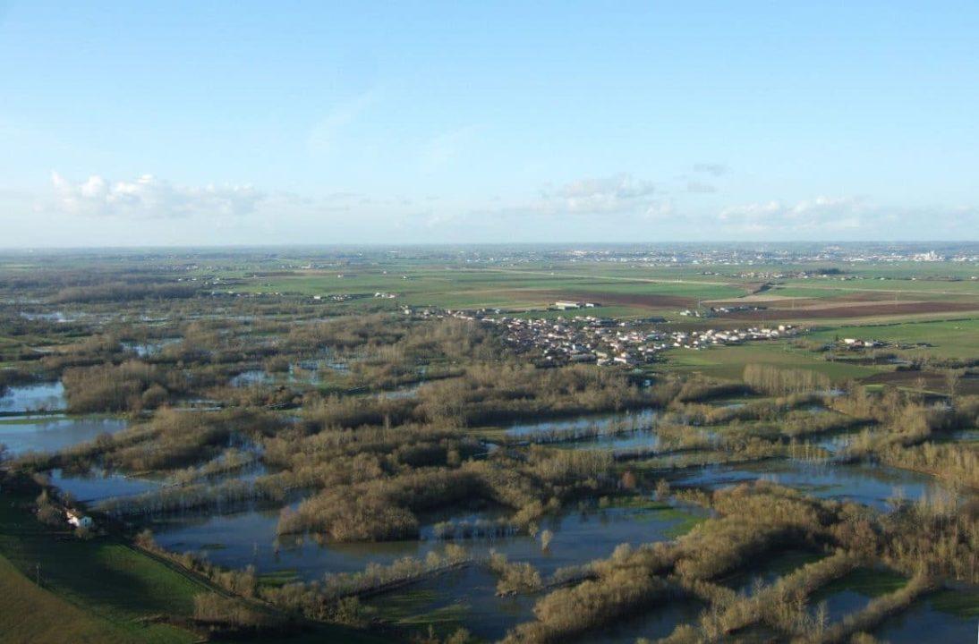 vue aérienne sur le Marais Poitevin en hiver - Souil en arrière plan