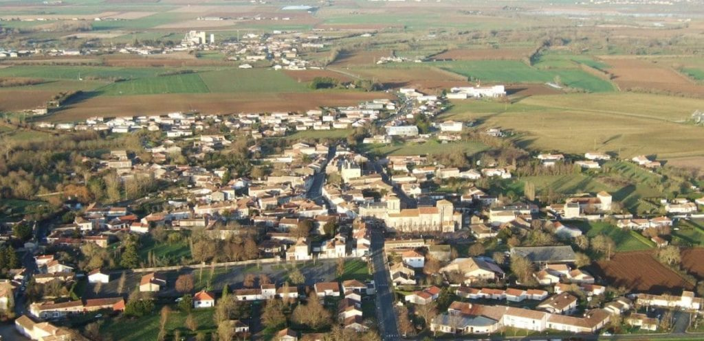 vue aérienne sur Maillezais et La Porte de l'Ile en arrière plan