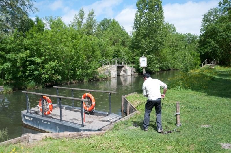 La barque à chaine de la Rigole d'Aziré dans le Marais Poitevin