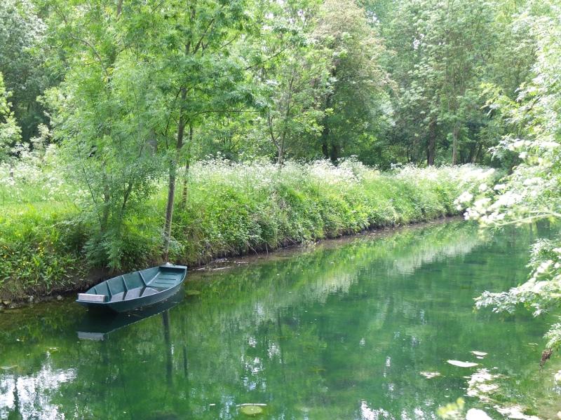Une barque sur la Rigole d'Aziré dans la Venise Verte