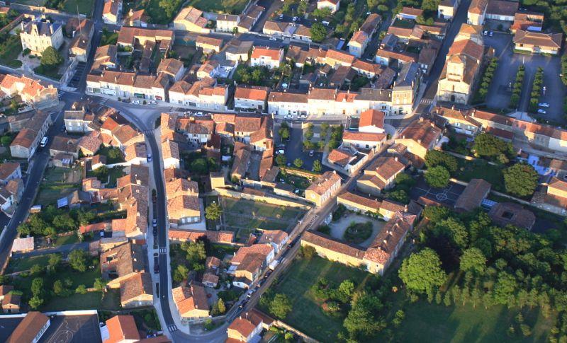 Vue aérienne sur le bourg de Maillezais