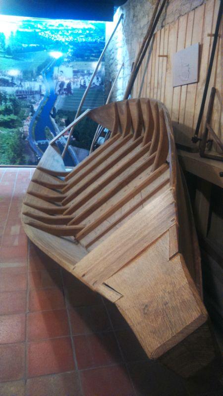 Fabrication d'une barque traditionnelle à la Maison du Marais Poitevin à Coulon