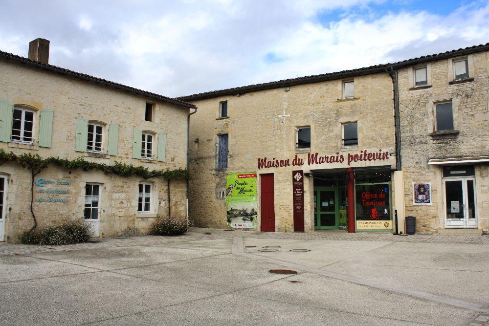 La place de la Coutume à Coulon dans les Deux-Sèvres - Maison du Marais Poitevin