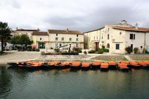 Place de la coutume à Coulon dans les Deux-Sèvres, Maison du Marais Poitevin et embarcadères