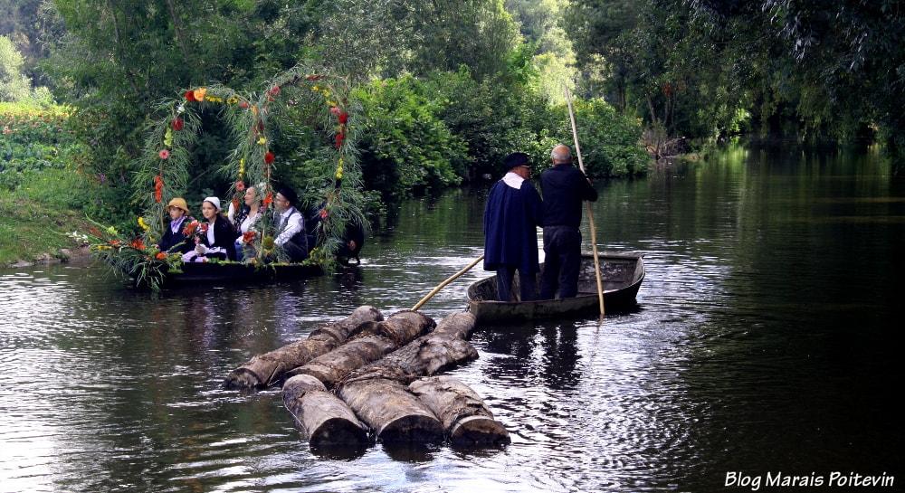 train de bois marché sur l'eau marais poitevin