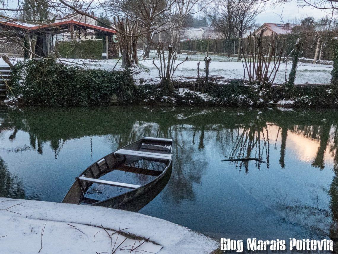barque sous la neige dans le marais poitevin