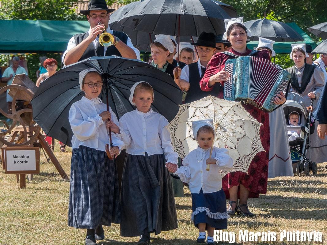 Fete du mijet coulon juillet 2018 défilé anciens costumes musique trompette accordéon - 2
