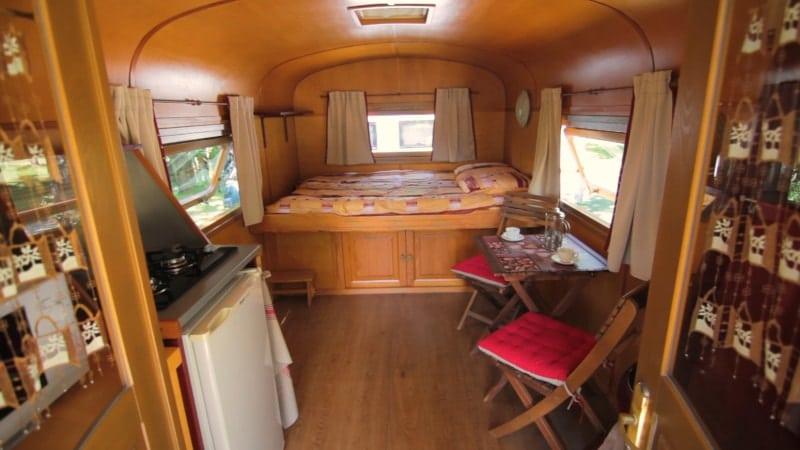 intérieur roulotte camping marais poitevin le lidon